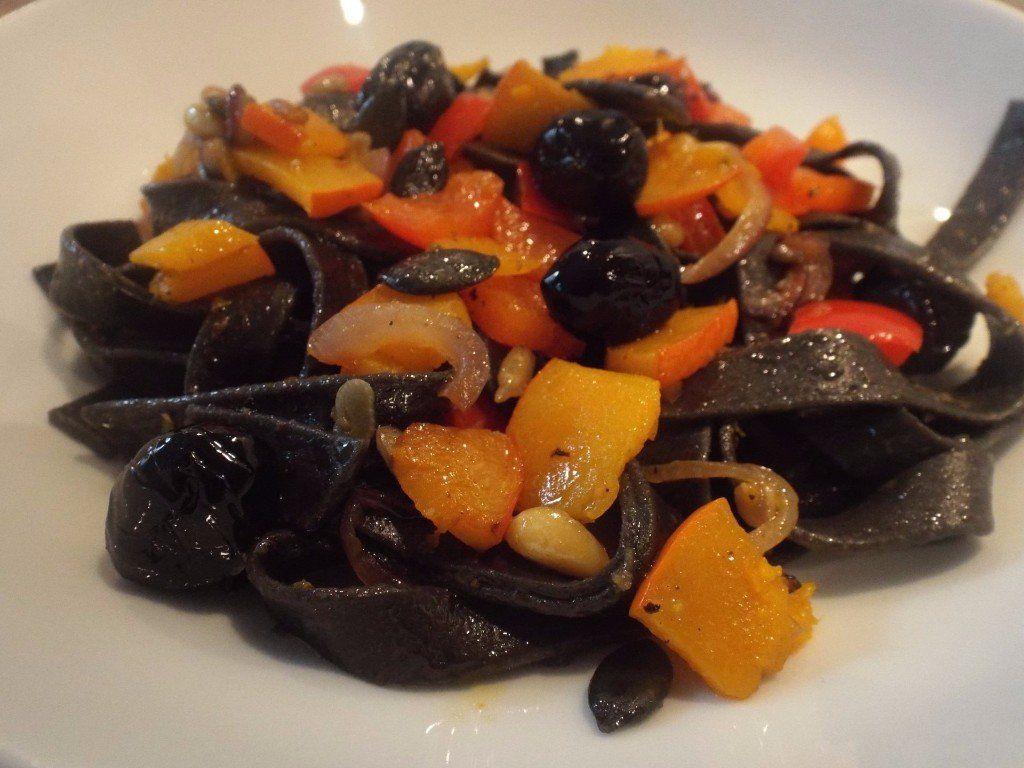Schwarze Tagliarini mit Kürbis und Oliven