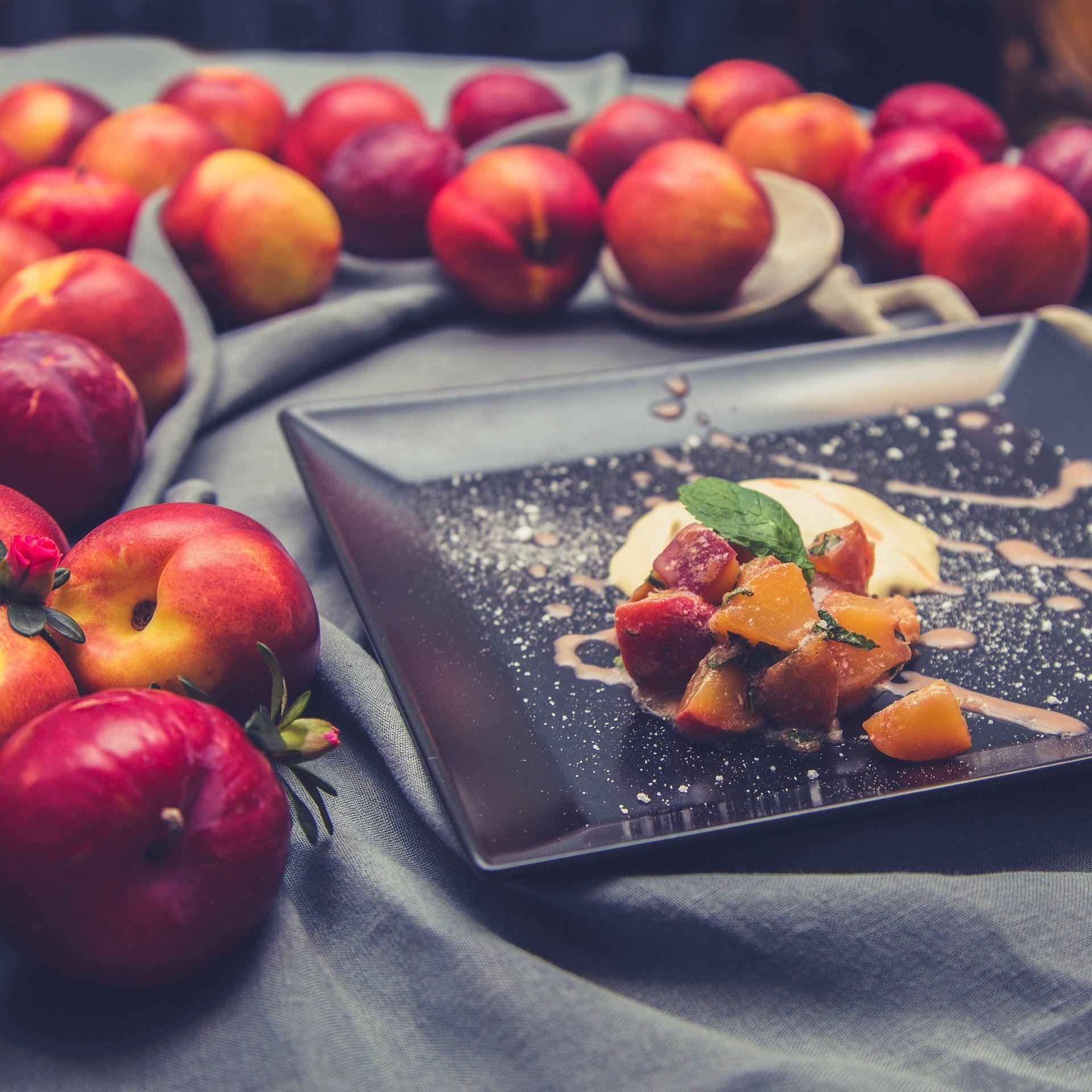 Amarulaparfait mit Nektarinen-Minze-Salat und Vanille-Pflaumen-Soße