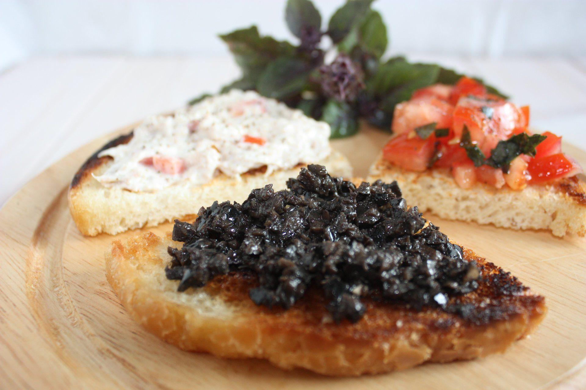 Bruschetta mit Thunfisch-, Oliven- und Tomatenpaste