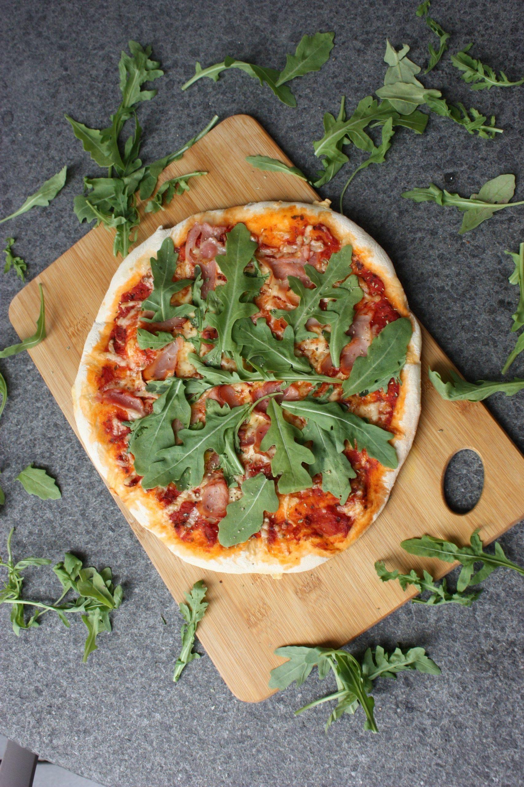 Pizza mit Rucola und Kochschinken
