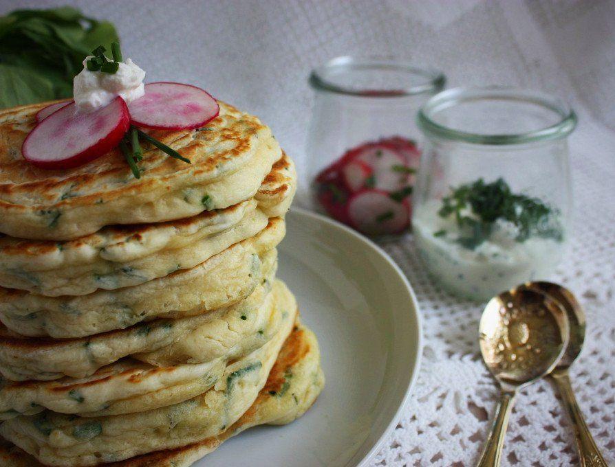 Herzhafte Pancakes mit Kräuterdip