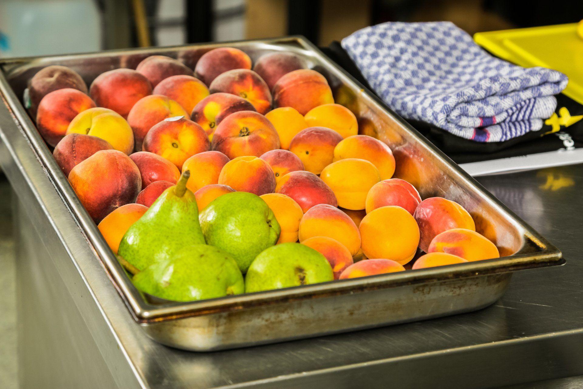 Endiviensalat mit gebackenem Ziegenkäse und Aprikosen an Pfirsich-Dressing